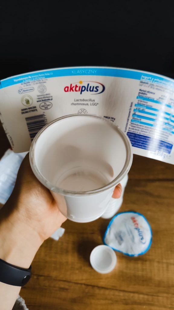 odseperowana papierowa etykieta od plastikowego kubka po jogurcie